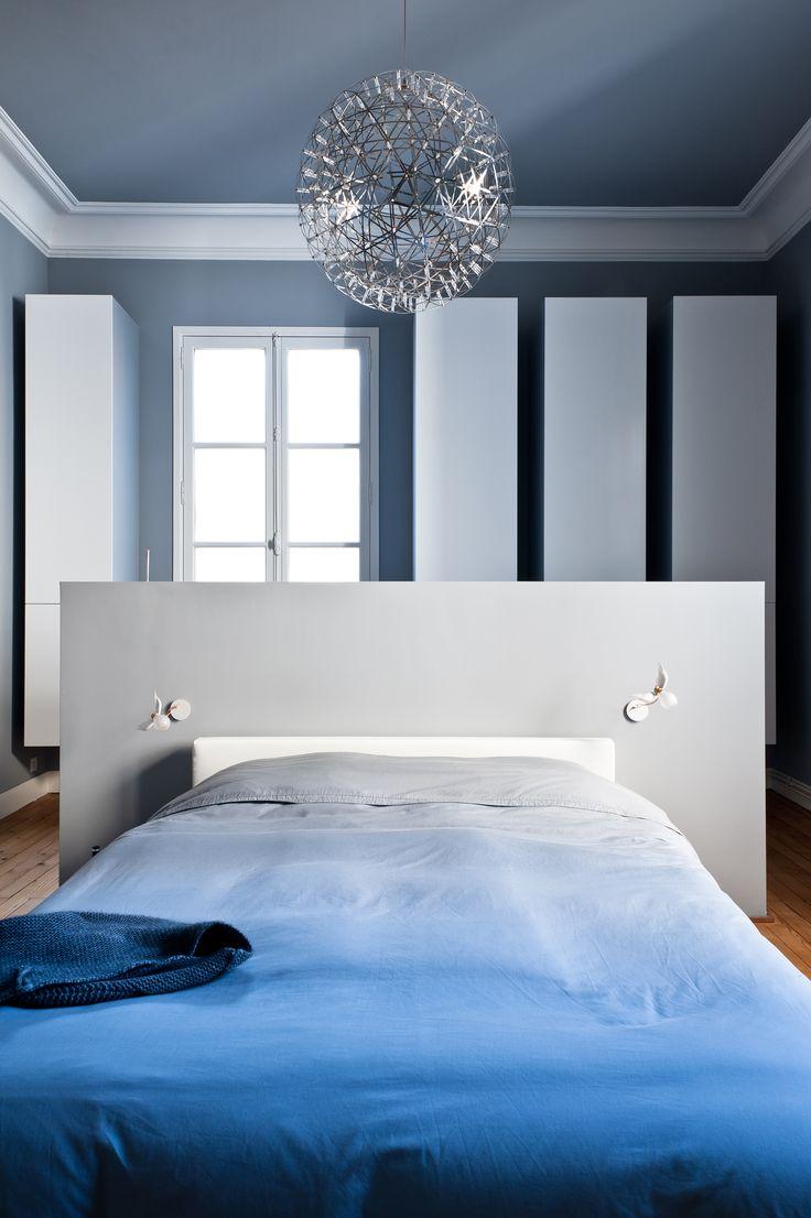 Chambre bleue et blanche avec ornements anciens réaménagée dans appartement haussmannien à Bordeaux par l'architecte d'intérieur Daphné Serrado