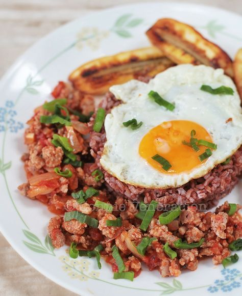 Arroz a la Cubana is a rice-and-meat dish served with fried egg (sunny side up!), slices of fried saba bananas and steamed or boiled rice.