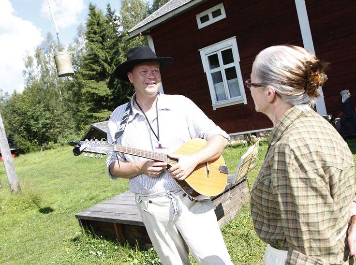 Mandoliinimusiikki sopii erinomaisesti tahdittamaan perinneviikonlopun askareita. Oulu (Finland)