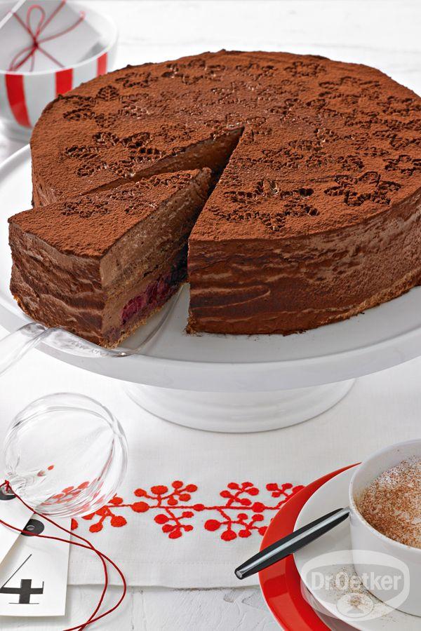 Weihnachtliche Schokoladenmousse-Torte: Nussige, mehlfreie Böden mit einer lockeren Schokoladenmousse und Kirschfüllung
