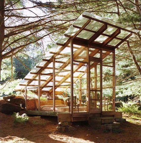 Architecture originale pour une cabane en bois et verre pour dormir et profiter de la forêt protégé des petites bêtes et de la fraicheur matinale.