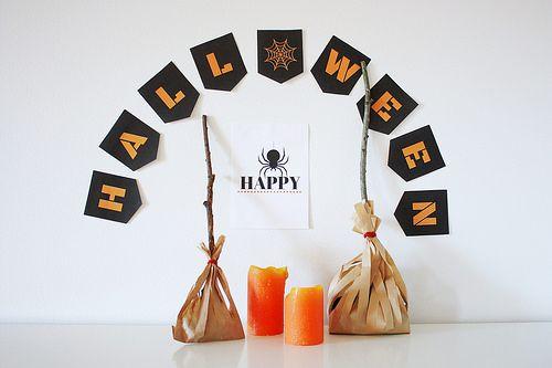 Halloween witch broom treat bags. / Halloweenin hauskat luutapussit. Seinätekstin voit tulostaa blogistamme.
