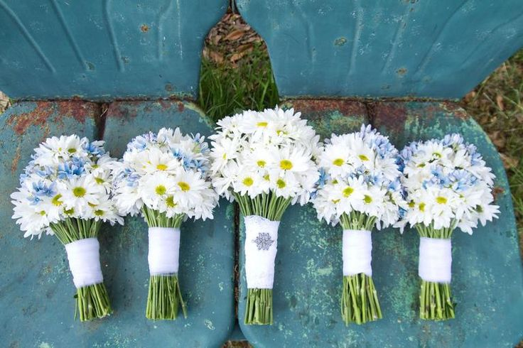 5. Daisy For a cheery springtime bouquet, white daisies are a great go-to—whether they're being used as a filler flower or making up the entire arrangement. They naturally grow white blossoms, but thanks to food coloring they can be tinted purple, blue, neon green... almost any color under the rainbow.  blooming season: late spring