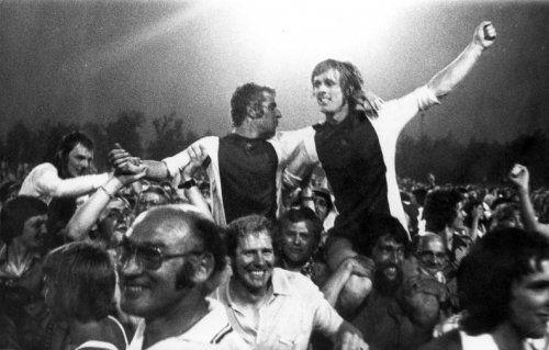 Spelers van IJsselmeervogels worden op de armen genomen na het winnen van de algehele amateurtitel op 26 juni 1976, tegen Limburgia.