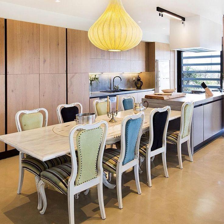 Κουζίνα του εργοστασίου @armony_cucine μοντέλο sigma σε οικία στην Παιανία από τη @stofa_home_ideas σε φυσικό δρύινο καπλαμά nodato και κρυφά πόμολα gola συνδυασμένα με πάγκο και νησίδα τσιμεντοκονία ! #kitchen #kitchendesign #stofahome #homedecor #homestyle #homeliving #interior #interiordesign #espresso #lights #wood #black #flowers by stofa_home_ideas http://discoverdmci.com