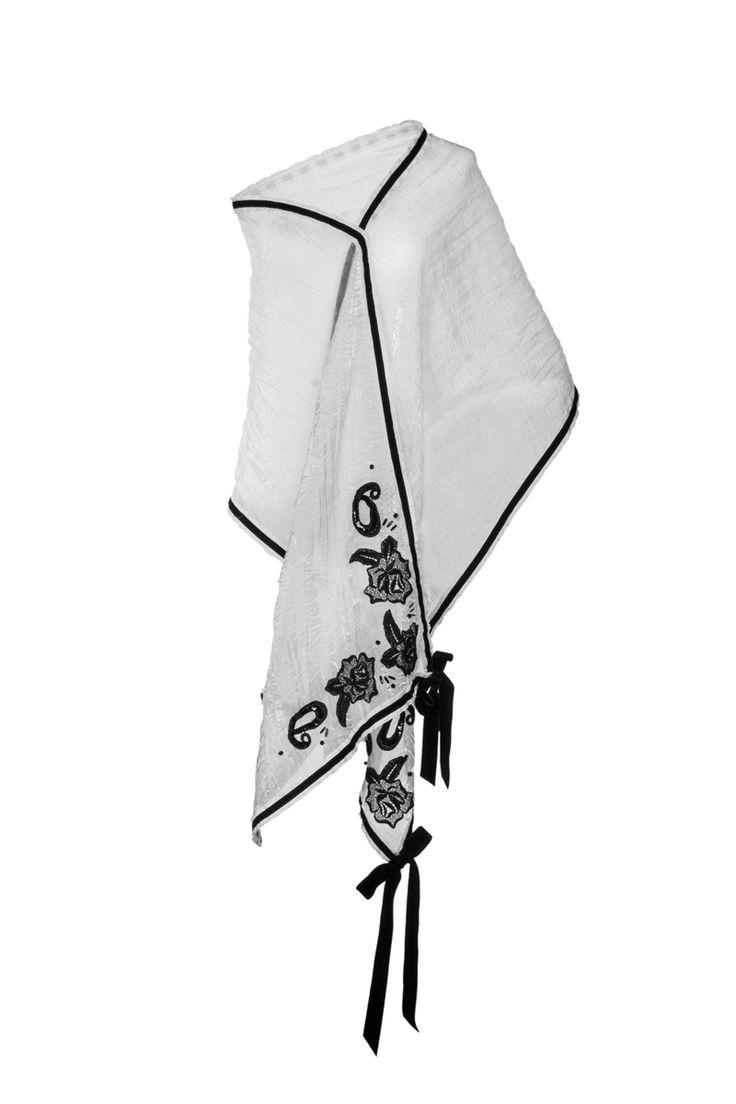 DELICE - Sciarpa in organza bianca e velluto di seta nero con incrostazioni di pizzo macramè. www.blomming.com/mm/AltaModaDonna/items/delice-sciarpa