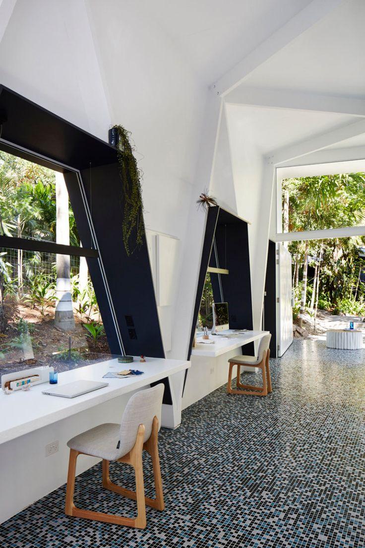Белый интерьер офиса: рабочие места органично вписаны в треугольные ниши