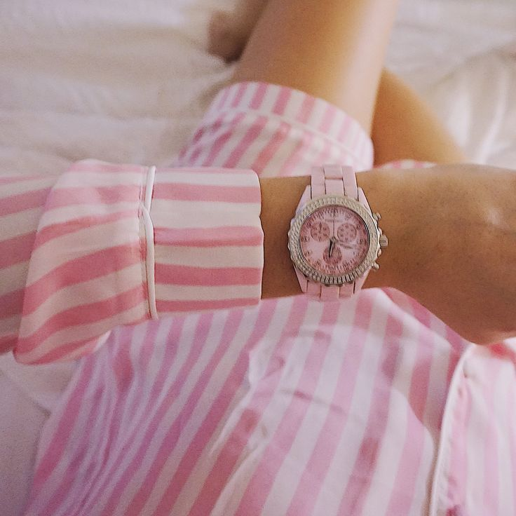 On wednesdays we wear pink 💕 Check out our Ida watch on our webshop. An amazing fashion accessory 🌸