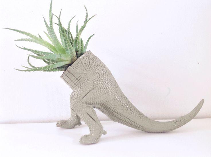 Dino plantenbak! Leuk als versiering op tafel bij een dino feest of gewoon als decoratie op een kinderkamer.