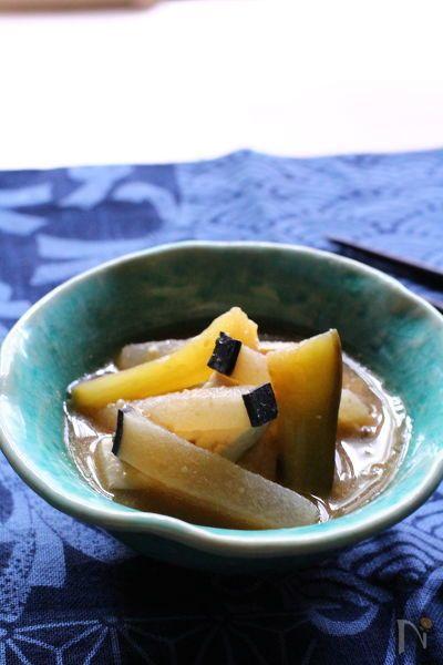 秋田でよく食べられる『かやき』。  かやきとは、水分の少ないお味噌汁のようなものです。つゆだく味噌煮とも言えますね。  中でも秋田の夏はくじらかやきで暑さを乗り切ります。夏バテ防止にぴったりでむかしからよく食べられるお料理です。  こってりした味が茄子ともぴったりです。