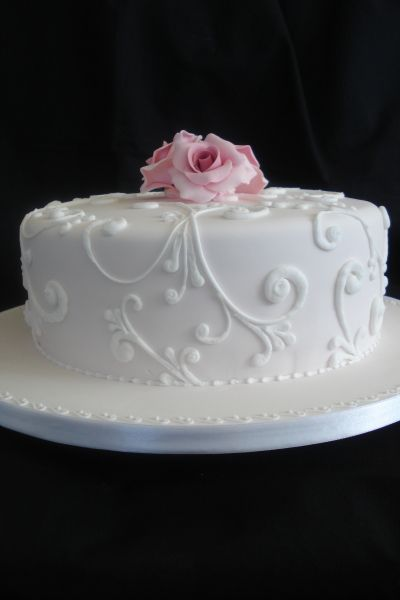 Single tier wedding cake with detail