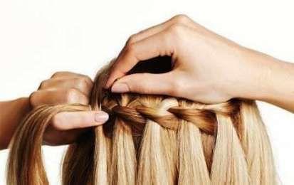 Treccia a cascata: tutte le idee più cool - Treccia a cascata con capelli biondi e mossi