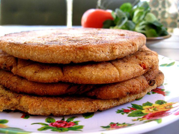 Ingrediënten (voor 6 sneetjes): 125 gram volkorenmeel 125 gram kikkererwtenmeel 1 rode peper, fijngehakt 1 kleine ui, fijngehakt ½ tl komijnzaad 2 tl koria