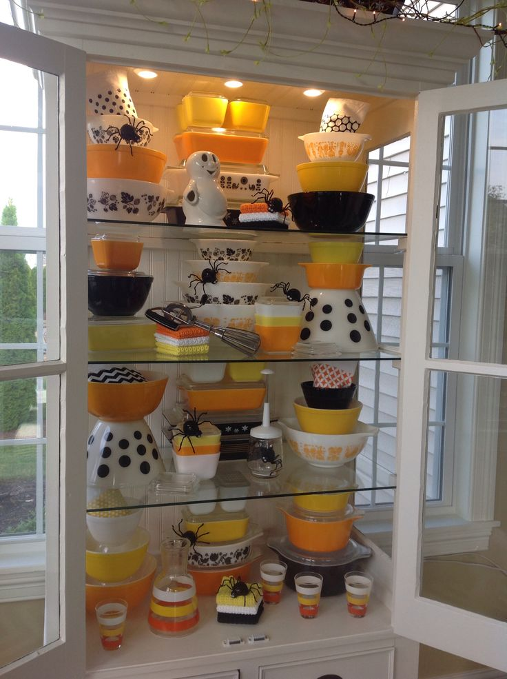 Pyrex, Halloween. OMG I think there is something wrong with me because I am having heart flutters just looking at this.