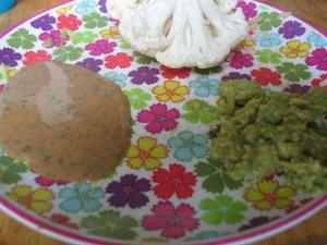 """Sauce pour crudités à la noisette """" Dans un bol, delayer une cuillerée de purée de noisette avec deux cuillerées d'eau. Ajouter une cuillerée de jus de citron et une cuillerée de tamari (ou sauce soja). Ajouter des herbes aromatiques.  C'est assez salé, la prochaine fois je mettrai moins de  tamari. """""""