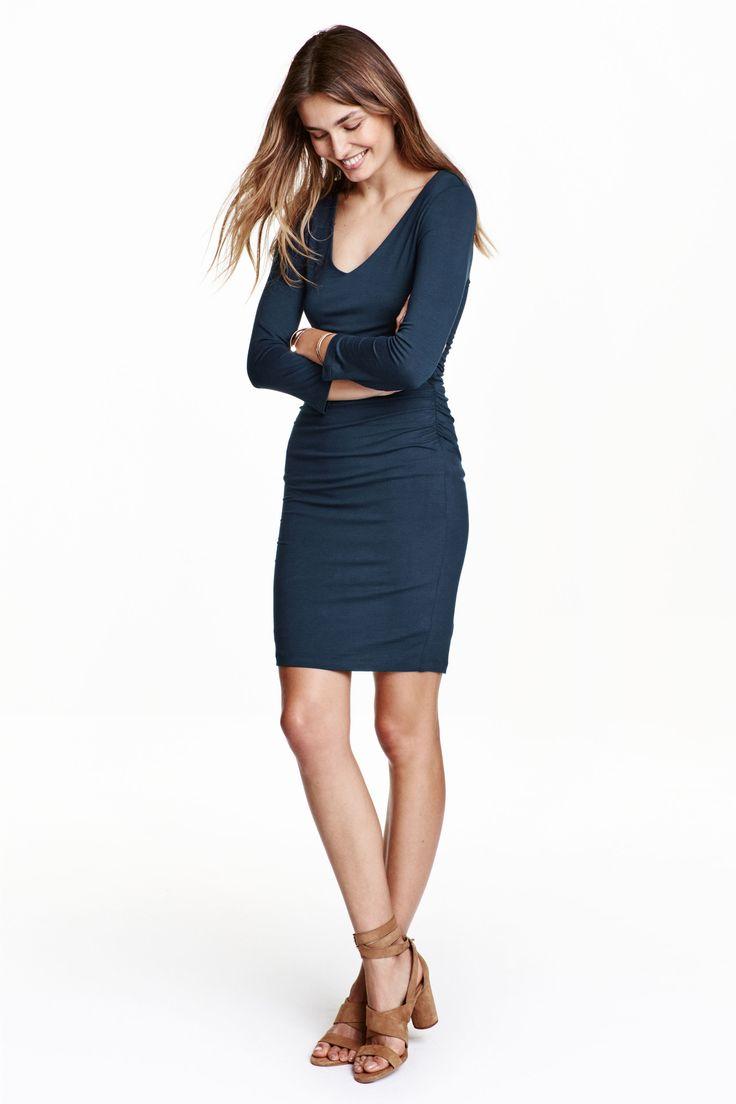 Jerseykleid: Kurzes, figurbetontes Langarmkleid aus Jersey. Modell mit V-Ausschnitt und elastischen Seitennähten, die für Raffeffekte in der Taille sorgen. Gefüttert.
