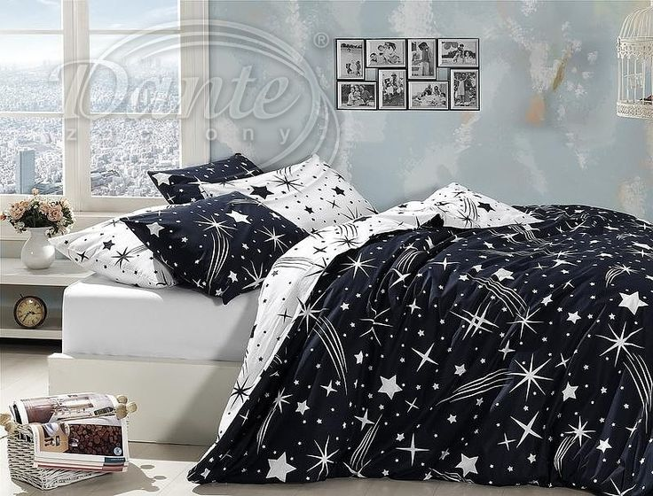 Nápadné modrobílé povlečení s noční oblohou.     Jedna strana ložního povlečení je tmavě modrá s bílými hvězdami, druhá bílá s tmavě modrými. Polštář je z obou stran tmavý.     Ložní souprava se zapíná zipem.     Materiál: 100% hladká bavlna.