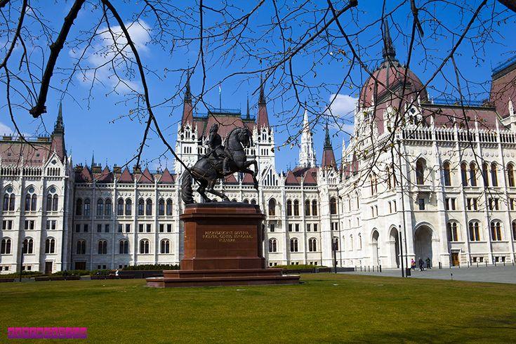 Lateral do Parlamento Húngaro - Budapeste. Ficamos 2 dias em Budapeste, na Hungria, e montamos um roteiro com as atrações imperdíveis e preços!