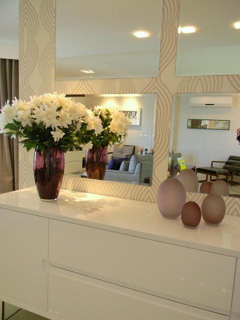 Aparador. Sala jantar. Espelhos aplicação em contraste com o papel de parede delicado. Decor.