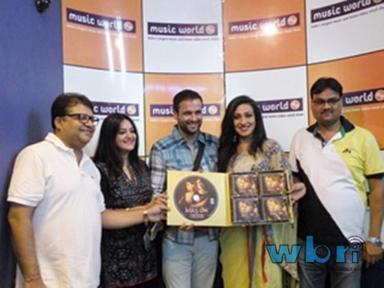 Bangla Movie Mrs. Sen Music Release in Kolkata. The fourth movie by director Agnidev Chatterjee. Deals with infidelity. Stars Rituparna Sengupta, Rohit Roy and Hrishita Bhatt in the lead. Report by Mousumi Sarkar: http://www.washingtonbanglaradio.com/content/64759213-bangla-movie-mrs-sen-music-release-kolkata