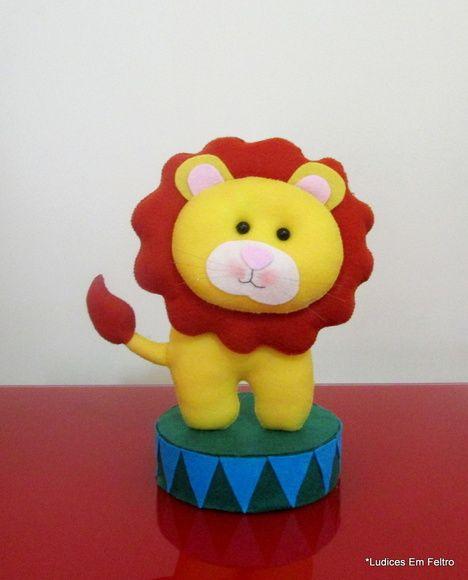 Leão no picadeiro. Tamanho aprox.: 22,5cm alt. R$ 40,00
