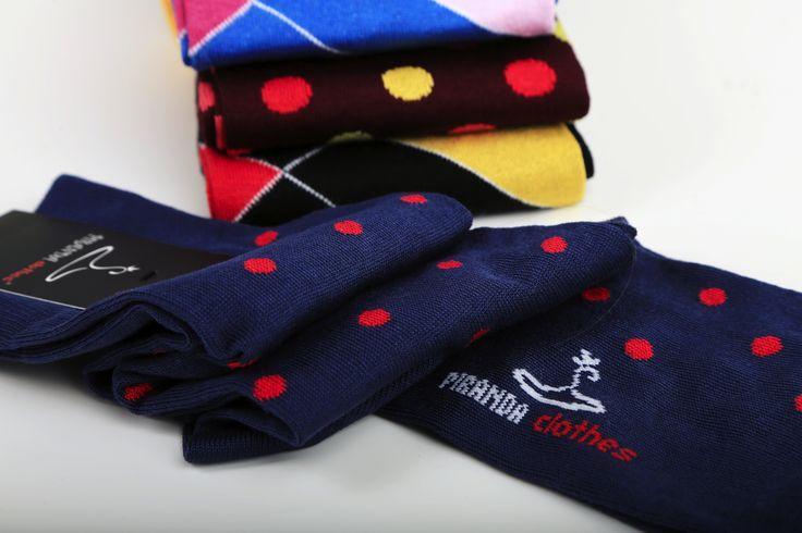Calze uomo moda inverno 2017 Le calze da uomo se in passato venivano nascoste da pantaloni classici della lunghezza giusta secondo l'altezza ora secondo la moda i calzini devono essere a vista.