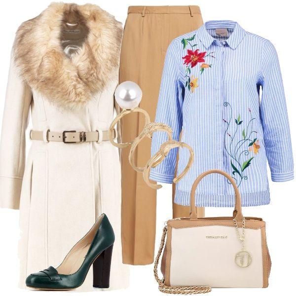 Outfit composto da pantaloni tannin a palazzo con vita alta e camicia rigata bianca e azzurra con decori floreali. Il cappotto è corto, color avorio, con cintura in vita e collo a scialle in pelliccia. Le scarpe, che si distinguono per il colore verde scuro, sono delle décolleté con tacco medio ma largo perciò perfette anche nella quotidianità. La borsa a mano è bicolor, beige e avorio. Infine ho scelto un anello composto da tre pezzi con logo e perla.