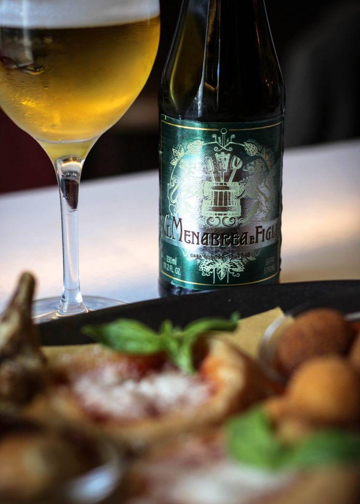 Nuestra Birra Menabrea es una cerveza del Piemonte que destaca por la calidad del agua de Biella. Una cerveza de doble malta clara de baja fermentación, muy equilibrada y que muestra un notable aroma floral y frutado gracias a las levaduras especiales usadas para su producción. ¡Disfrútala en nuestra terraza con alguno de nuestros antipastos! FORTISSIMO PIZZA E CUCINA ITALIANA, | ARAVACA VILLAGE HOTEL & MARKET | Camino de la Zarzuela, 19-23 | 28023 Madrid