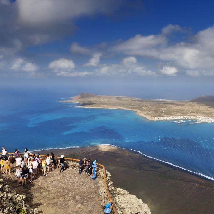 Mirador del Río, Lanzarote (Islas Canarias)  Justamente 450 metros es lo que se eleva sobre el nivel del mar el Mirador del Río, en Lanzarote. Al frente, un paisaje simplemente impresionante: el archipiélago Chinijo, con las islas de La Graciosa, Alegranza y Montaña Clara sonriendo, y el azul de Atlántico. Disfruta de las vistas desde una de las terrazas que se asoman al mar desde la roca. Sin duda, uno de los miradores más espectaculares del planeta.