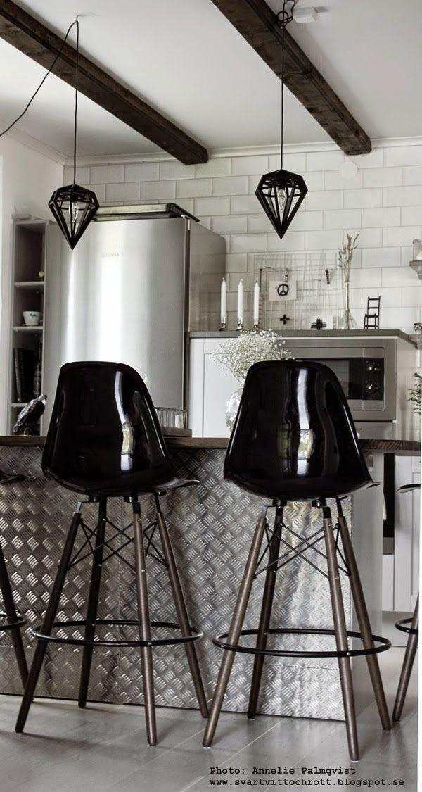 industriellt kök, köket, kökets, svart och vitt, svartvita, barstol, barstolar, durkplåt, miele extra brett kylskåp, köksö, svarta detaljer, vitt kakel, bänkskiva, bänkskivor, hth,