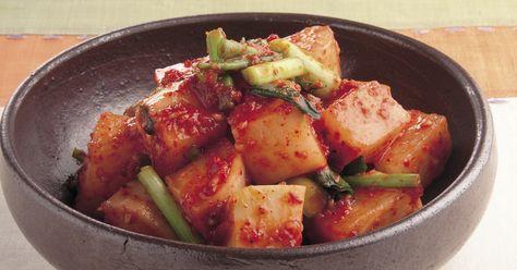 大根の水気を生かしたこのキムチは甘みがあって、さっぱりいただけます。大根は日もちをさせるために、1時間ほど塩漬けして。この作り方なら2~3か月はもちます。漬けたてでもおいしいですが、2週間ほど発酵させて酸味が出たものもおすすめ。『本当においしく作れる 韓国家庭料理』より。