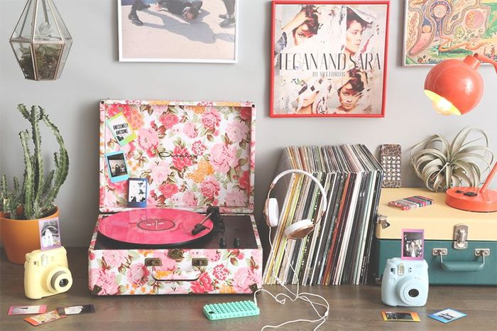 decoration, detail vinil, vinyl ,  frame, light, quadro, luz, albuns, decoração, estante, vase, plant, polaroid, detalhes