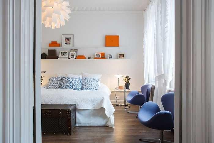 Эта великолепная просторная квартира в Стокгольме достойна самых лестных отзывов. Каждый элемент, каждый предмет мебели и декора здесь идеально подобран для создания невероятно элегантного и где-то благородного, хоть и современного интерьера. Сам дом находится в старом центре города и был построен еще в 1888 году, отсюда высокие потолки и щедрые площади всех 6 комнат. Особенно …
