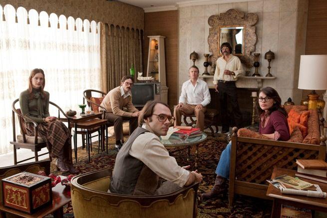 6人の大使館職員を映画スタッフに偽装させて出国させるという奇想天外な作戦が見もの。映画アルゴ
