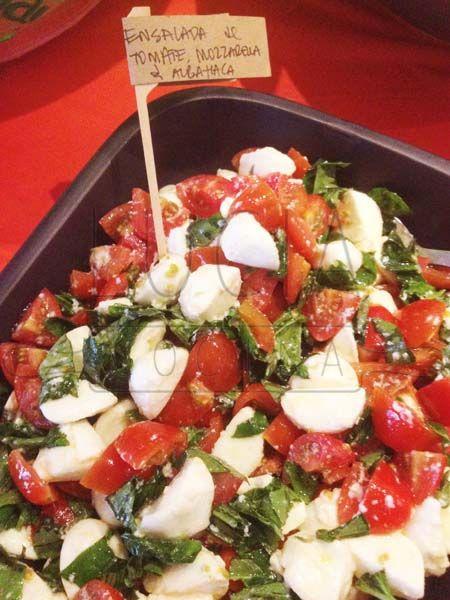 ensalada de tomates cherry, mini mozzarellas  y albahaca http://luciacocinabogota.blogspot.com/2014/05/evento-arma-tu-propio-sandwich.html