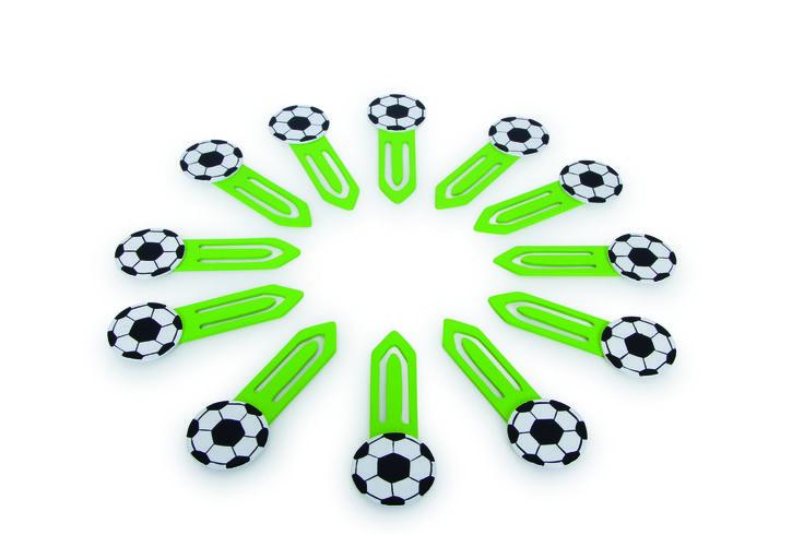 """Lesezeichen """"Fußball"""". Lesezeichen selber basteln war gestern, so geht Fußball heute: Echte Fans markieren ihre Ergebnisse aus der Fußball Bundesliga mit diesen zwölf Bällen. Schön praktisch, falls man mal einen """"Ball verlegt"""" hat. ca. 9,5 x 3,5 x 0,5 cm"""