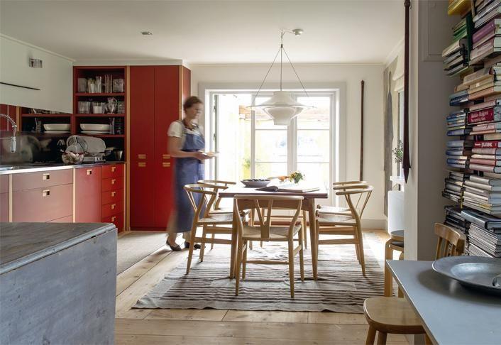 Punaiset kaapit, leveät lankkulattiat ja Wegnerin ruokailuryhmä tekevät keittiöstä kodikkaan. | Vanhan ja uuden liitto | Koti ja keittiö | Paula Ilvetsalo | Kuva Jenni Justiina Niemi