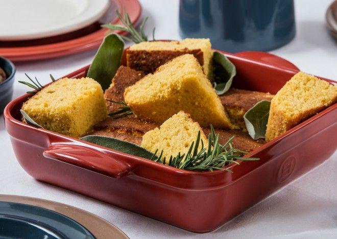 Il cornbread é un tipico piatto americano, famoso nelle cucine degli stati del Sud. É una ricetta facile e veloce da preparare che garantisce risultati deliziosi. Il cornbread si può servire caldo con