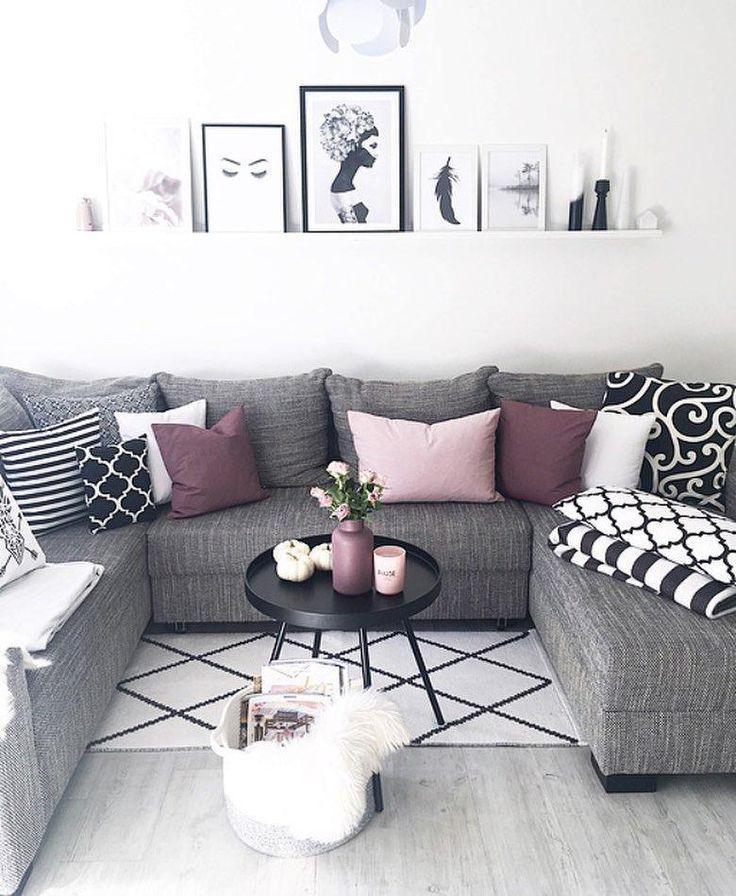 Die Jacquard-Kissenbezüge Torino setzen in diesem schönen Wohnzimmer farbige Akzente. Der Monochrom-Look wird durch den reichen Bordeaux der Kissen aufgehellt – einfach perfekt! // Wohnzimmer Monochrom Schwarz Weiß Sofa Grauer Couchtisch Bordeaux Rot Deko Kissen Decken #Wohnzimmer #Monochrom #Rot #Sofa #Kissen #Wohnzimmerideen @frecherfaden