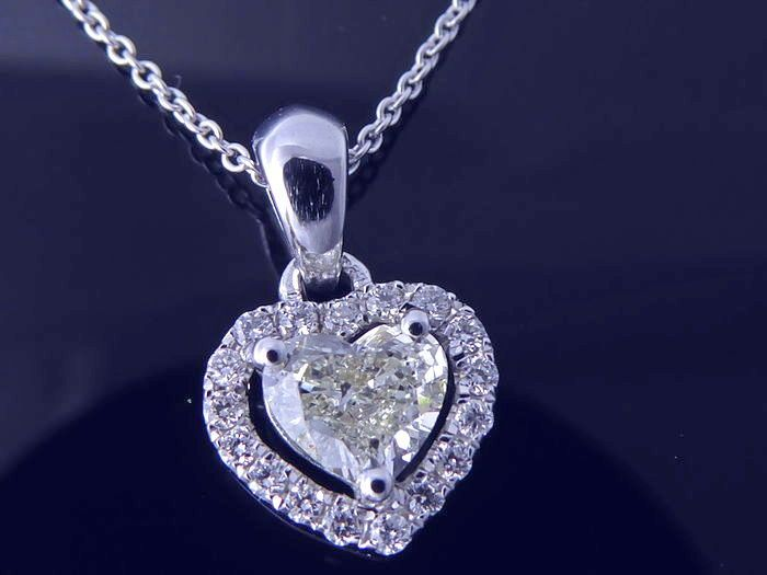 Witgouden hanger met hart vormige diamant van 0.35 ct & 18 diamanten vantotal 0.50 ct  18 kt witgoud 1.95 grSlijpsel centrale diamant : Hart Gewicht : 0.35 ct Kleur : HZuiverheid : PI Ook versierd met 17 briljant geslepen diamanten 0.15 ct Kleur H Zuiverheid: VS/SIWordt in luxe sieradenetui verstuurd Verzending : track & trace aangetekend Gratis inbegrepen : een gouden ketting van 40 cm P0539  EUR 1.00  Meer informatie