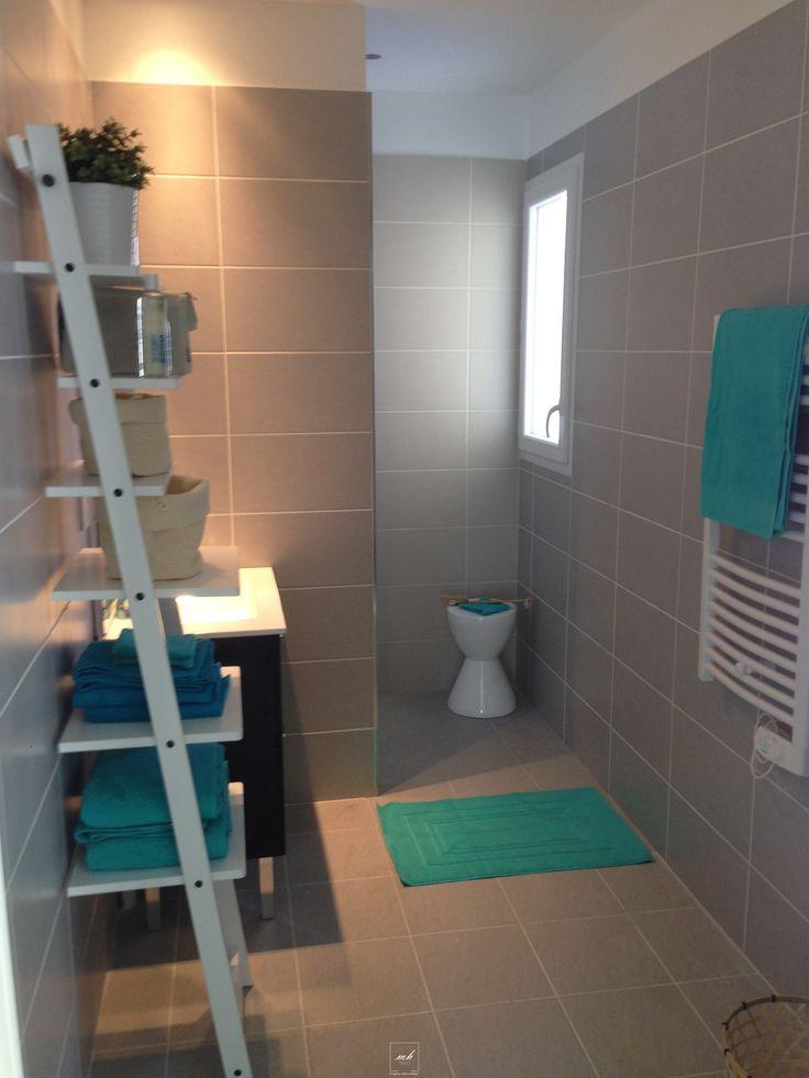 Pour bien commencer la journée faisons un petit tour dans une salle de bain fraîchement rénovée et aménagée. Style contemporaine et bord de mer, de quoi faire des jaloux!
