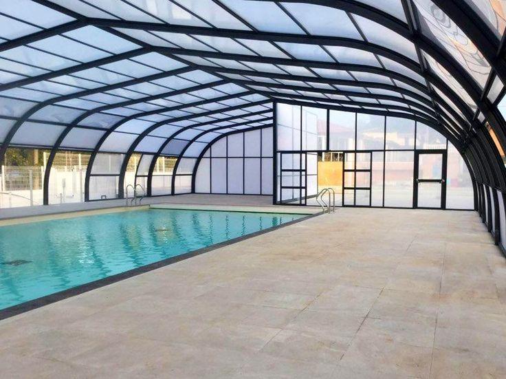 Intérieur de l'abri de piscine de l'espace aquatique du Camping Le Fréjus