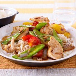 Die Gemüsepfanne mit Hähnchen und Reis ist in 30 Minuten fertig. Wir zeigen von Gemüse schnippeln bis Fleisch braten Schritt für Schritt, wie das Alltagsgericht gelingt.