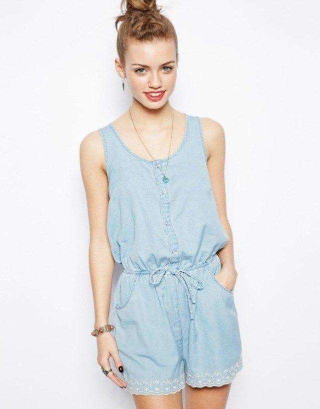 Большой популярностью пользуется летний женский комбинезон, который изготовлен из джинсовой ткани. Его могут носить даже полные девушки, которые стремятся