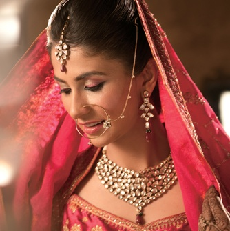 The Vivacious Sikh Bride: Bright shades of scarlet and sliver are an embodiment of her lively spirit. Glowing rosy cheeks and fuchsia coloured lips accentuate her youthful radiance. #BeautifulBrides