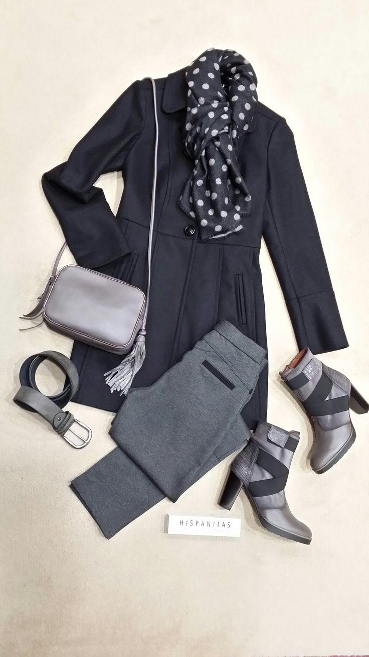 Abrigo negro de Naf Naf. Pantalón elástico en color gris. Foulard de topos al tono. Bolso bandolera y botines de Hispanitas.