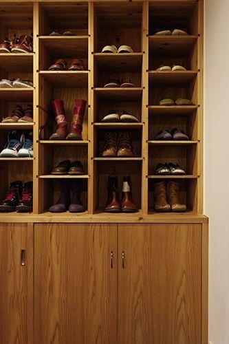 <p>「下駄箱」と呼びたくなる、昔懐かしい雰囲気の収納。棚板の高さを変えられて便利。</p>
