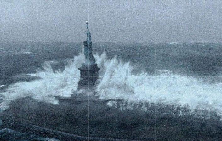 9. Статуя Свободы во время урагана Сэнди.