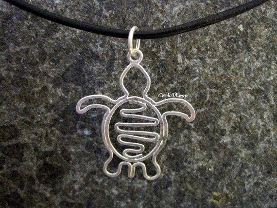 Esta linda tortuga colgante está doblada de un alambre de plata sola. El patrón de línea en su parte posterior se suelda a la tortuga. El alambre es martillado para darle más fuerza.  Figura es 3cm(width) x 3.5cm(height) alrededor de (1-3/16 x 1-7/16)  ☢ ☢ ☢ Ver más animales de lo colgante sección ☢ ☢ ☢