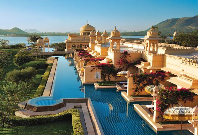 The Oberoi Udaivilas - Udaipur. Asentado a orillas del lago Pichola de Udaipur, el Palacio Oberoi Udaivilas mantiene el esplendor y el romance de la época de la realeza india. Grandes fuentes, magníficas vistas a las montañas, dos enormes piscinas y pabellones dan a este palacio un aire de grandeza. También dispone de espacios íntimos con piscinas privadas perfectas para un viaje romántico.